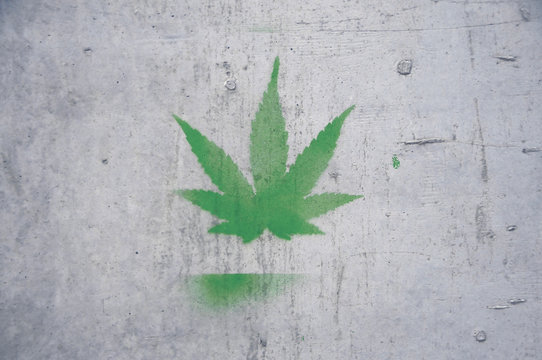 Hanf Graffiti auf Betonwand