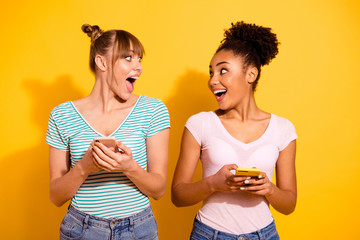 Portrait positive cheerful funky smm student use notification beautiful look scream omg wow unbelievable chill wavy curly top-knot bun trendy style stylish jeans t-shirt isolated yellow background