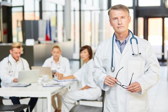Kompetenter Oberarzt vor seinem Klinik Team