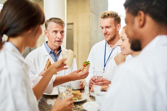 Gruppe Ärzte in der Cafeteria beim Smalltalk