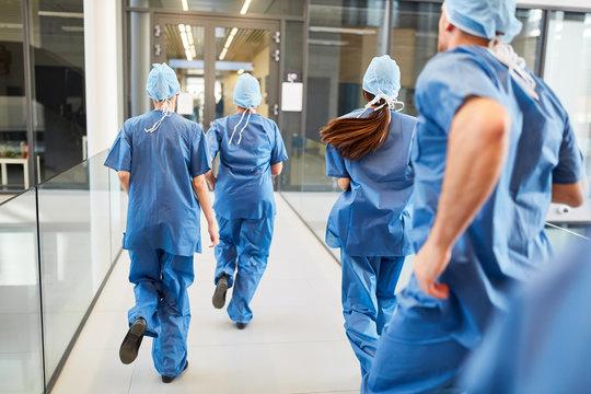 Notfall Ärzte Team läuft hektisch zum Einsatz