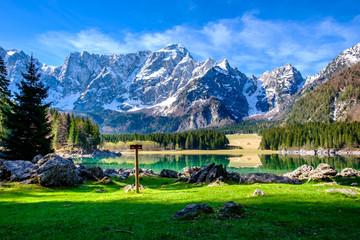 Spring morning at the alpine lake Fototapete