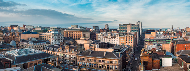 Photo sur Plexiglas Cappuccino A wide panoramic looking out over buildings and streets in Glasgow city centre. Scotland, United Kingdom