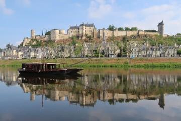 Chinon, panorama sur la ville et son reflet sur la Vienne, avec un bateau traditionnel (France)