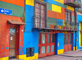 Türaufkleber Buenos Aires Buenos Aires, Argentina-September 15, 2018: Colorful buildings of El Caminito, a street museum and a traditional alley frequented by tourists, located in La Boca, a neighborhood of Buenos Aires