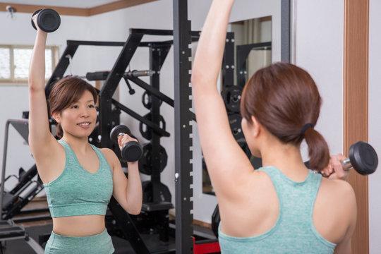 腕の筋肉を鍛える女性