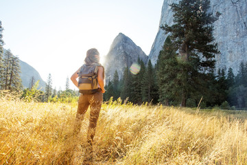 Happy hiker visit Yosemite national park in California Fototapete