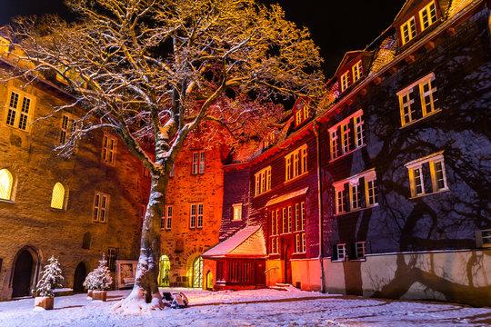 Siegen Oberes Schloss im Schnee rot angestrahlt