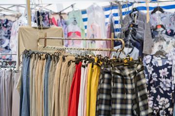 Fototapeta Stoisko z ubraniami na kiermaszu. obraz