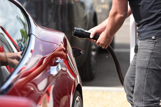 voiture electrique recharge batterie borne