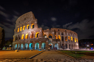 Colosseum architectural structure at night, in Rome. Fototapete