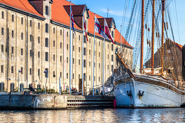 Großes Segelschiff vor dem Nordatlantens Brygge Kulturzentrum in Kopenhagen, Dänemark Wall mural