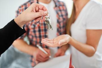Makler übergibt Schlüssel für Wohnung