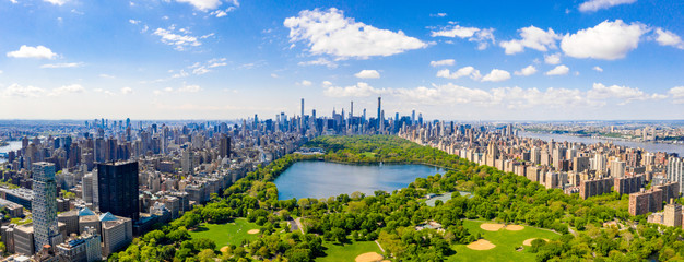 Fotomurales - Central Park aerial view, Manhattan, New York. Park is surrounded by skyscraper. Beautiful view of the Jacqueline Kennedy Onassis Reservoir in the center of the park.