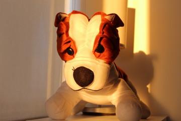 Foto desde varios ángulos a un perro buldog de peluche color marrón y blanco.