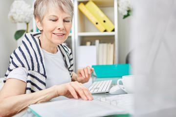 Seniorin als Geschäftsfrau macht Buchhaltung