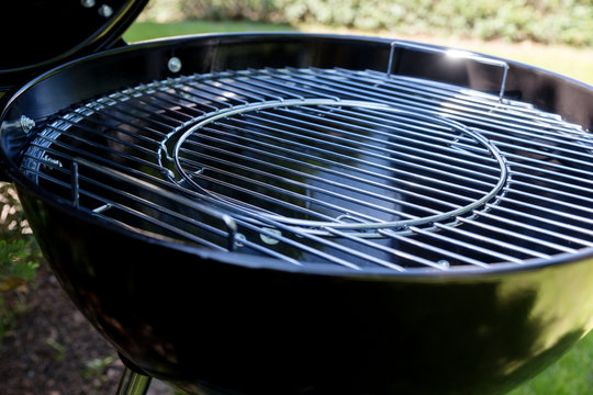 Close-up of the new grill grate from round barbecue grill