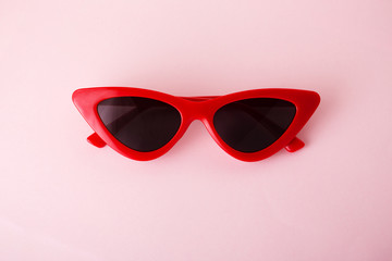 Red cat eye sunglasses Wall mural
