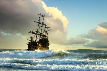 Türaufkleber Schiff Old ship silhouette in sunset scenery