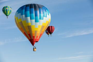 Poster Ballon Multi colored hot air balloons on blue sky