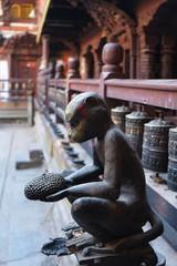 ネパールのカトマンズ チベット仏教寺院にある猿の置物