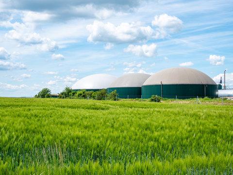 Biogasanlage in Deutschland mit Getreidefeld