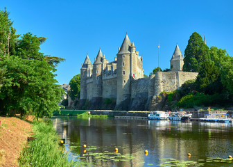 Landscape view of the of the Oust river and the chateau castle of the medieval village of Josselin, Morbihan Department, Brittany Region, France Fototapete