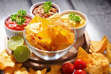 Autocollant pour porte Fleur Composition with bowl of potato chips.