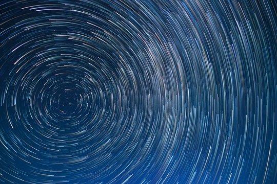 北極星を中心に回転する星空 軌跡 スタートレイル
