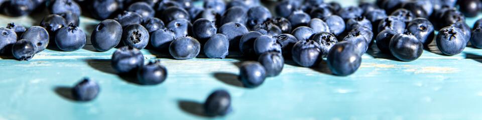 Panorama, frische Blaubeeren oder Heidelbeeren auf Holz blau