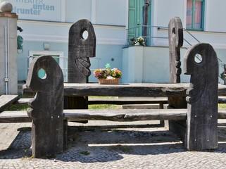 Holzfiguren auf einem Platz in Buckow