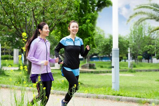 ジョギングする女性2人