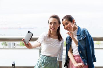 写真を撮る女性2人