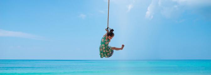 ビーチのロープで遊ぶ女の子