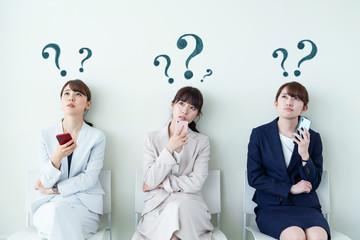 疑問を持つ女性グループ