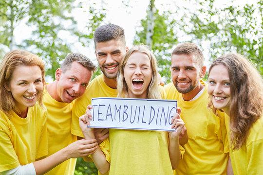 Studenten freuen sich beim Teambuilding Event