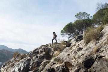 Ragazzo su una roccia