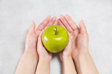 リンゴを持っている親子
