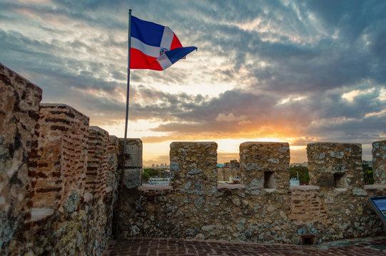 Fortaleza Ozama ondeando la bandera de República Dominicana