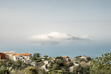 Insel Capri von Wolken verhüllt, Italien