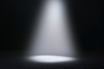 Foto auf AluDibond Licht / Schatten abstract dark concentrate floor scene with mist or fog, spotlight and display