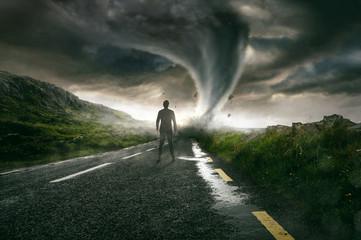 Mann sieht Tornado auf sich zukommen