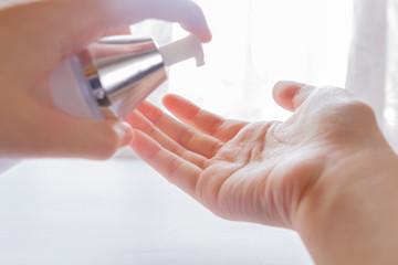手で化粧水をプッシュする
