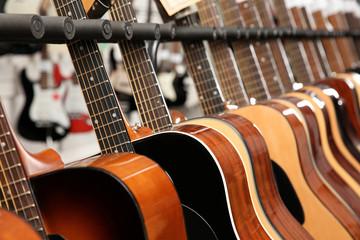Spoed Foto op Canvas Muziekwinkel Row of different guitars in music store, closeup