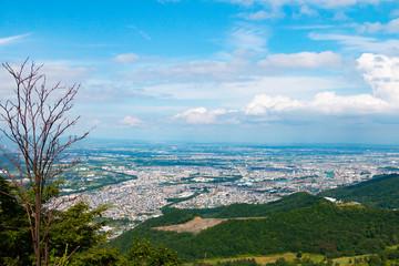 夏の日本北海道札幌市の街と石狩湾の風景