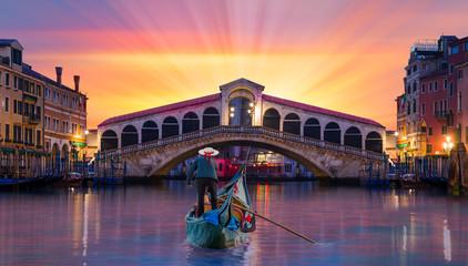 Türaufkleber Gondeln Gondolier carries tourists on gondola near Rialto Bridge - Venice, Italy