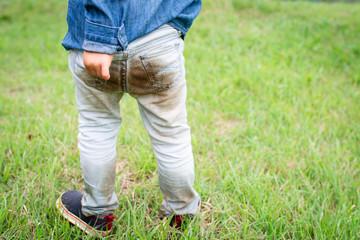 泥だらけになった子供のお尻 Fototapete