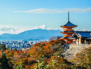Papiers peints Kyoto A stunning panoramic view of the Kyoto city with the colourful maple tree leaves and the pagoda at the foreground at Kiyomizu-dera.