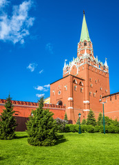 Fototapete - Moscow Kremlin in summer, Russia. Scenic view from Alexander Garden. Moscow Kremlin is a top landmark of city. Famous ancient monument in the Moscow center. Old architecture of Moscow.