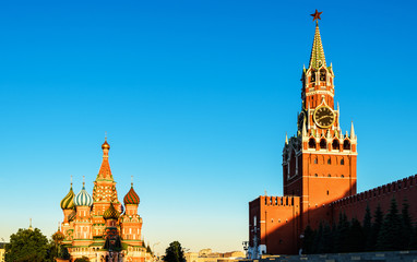 Fototapete - Moscow Kremlin and St Basil's Cathedral on Red Square in sunset time, Russia. Old Kremlin is a top tourist attraction of Moscow. Beautiful sunny view of the famous Moscow landmarks. Travel concept.